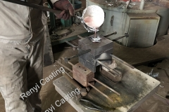 Mannual puring aluminum into gravity mold